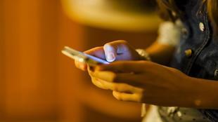 Una usuaria con un teléfono móvil.