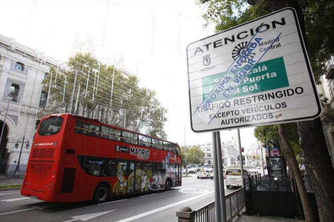 Cartel de trafico restringido en una de las calles de entrada a Madrid Central