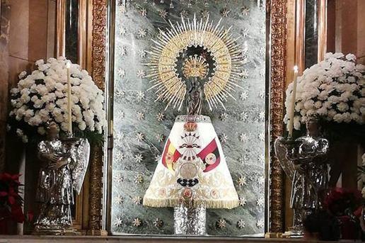 La Virgen del Pilar con un manto de Falange Española.