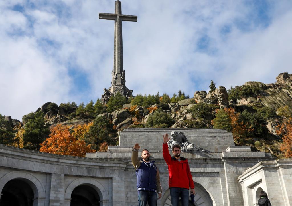 Dos hombres hacen el saludo fascista en el Valle de los Caídos.