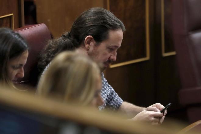 El líder de Podemos, Pablo Iglesias, en su escaño del Congreso de...