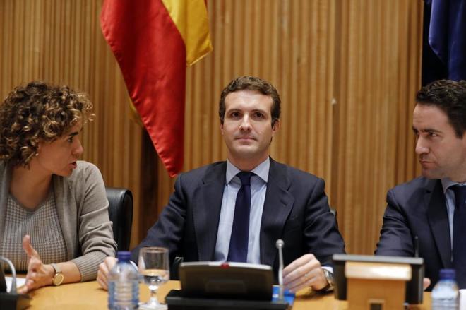 Pablo Casado, entre Dolors Montserrat y Teodoro García Egea, durante la reunión del Grupo Parlamentario Popular.