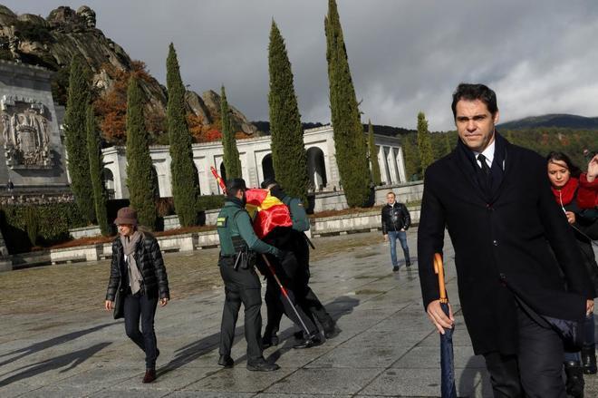 Luis Alfonso de Borbón, bisnieto de Franco, sale de la basílica del Valle de los Caídos.