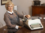 La abogada, retratada en su despacho con su primera máquina de escribir.