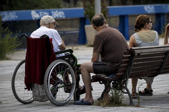 Ancianos cerca de un centro de día.