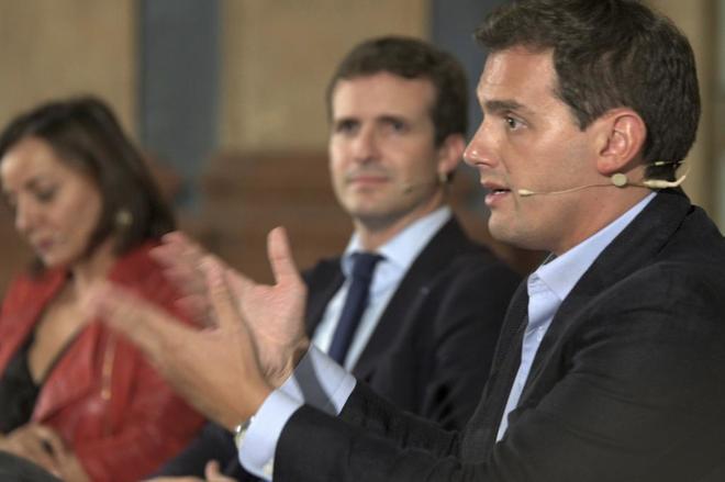 Pablo Casado, en el centro, con Albert Rivera.