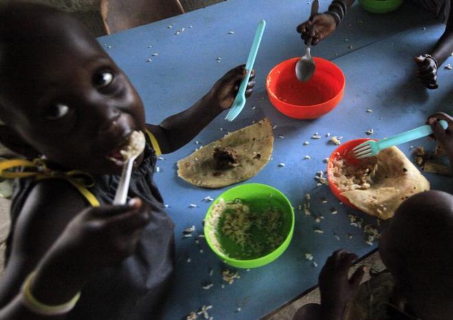 Varios niños comen en un centro de Juba, capital de Sudán del Sur.