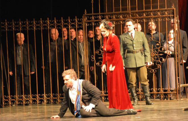 Agulló, como Macduff, observa a la pareja de Macbeth y Lady Macbeth, en uno de los momentos claves de la ópera verdiana.