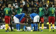 Neymar, en el césped tras caer lesionado en el amistoso Brasil-Camerún en Denbigh (Gales)