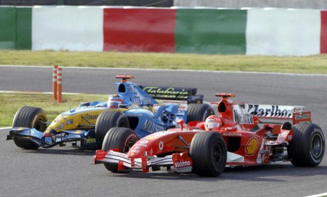 Alonso, al volante de su Renault, intenta adelantar al Ferrari de Schumacher, en el GP de Japón 2005