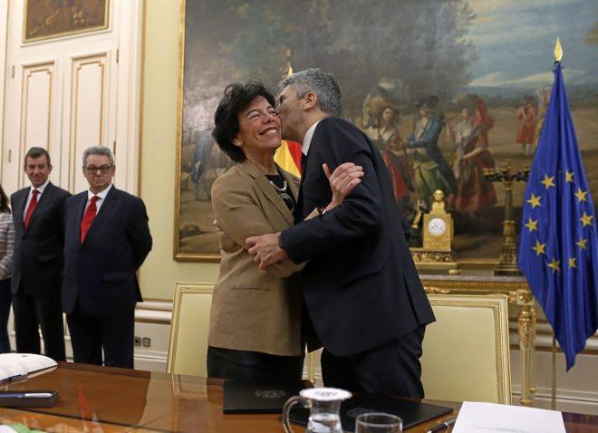Los ministros de Educación e Interior, Isabel Celaá y Fernando Grande-Marlaska, durante la firma de un protocolo para una unidad didáctica sobre terrorismo en los colegios