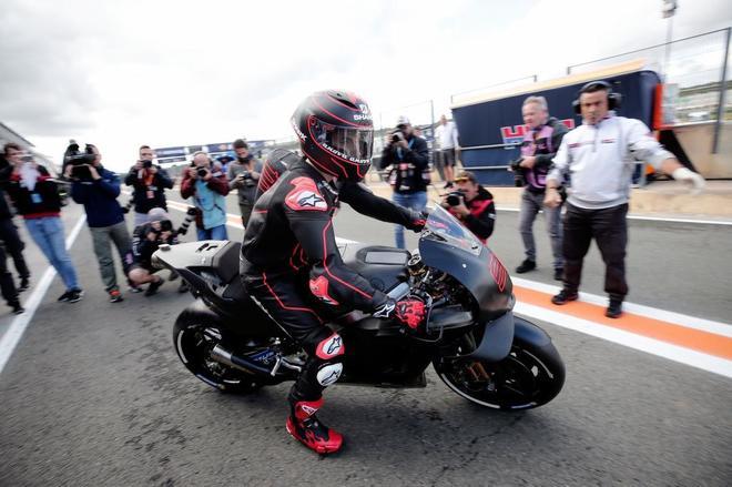 Jorge Lorenzo sale a la pista en el circuito de Cheste para probar la Honda.