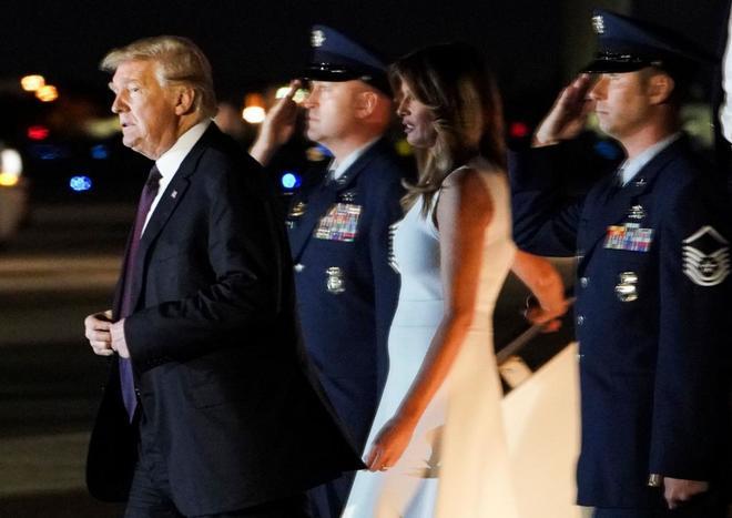 Donald Trump y Melania Trump aterrizan en West Palm Beach, Florida.
