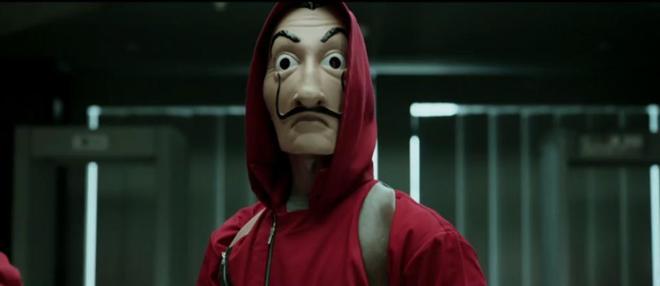 Uno de los personajes con la máscara de Dalí, icono de la serie.
