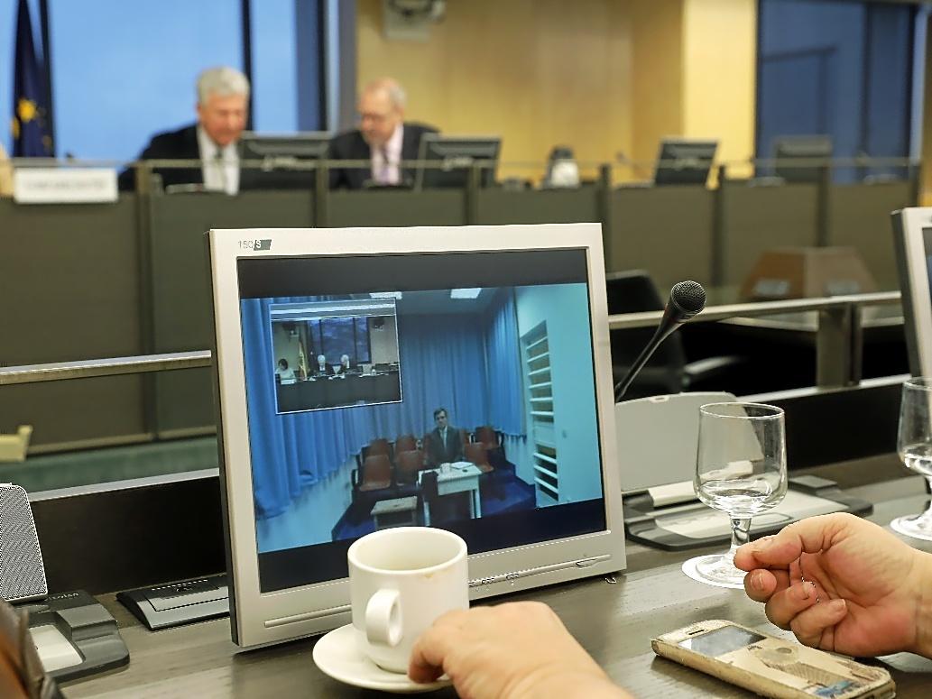 Jaume Matas comparece por videoconferencia en uno de los monitores de la comisión de investigación.
