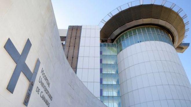 Fachada del Hospital Universitario de Canarias, en el que está ingresada la víctima.