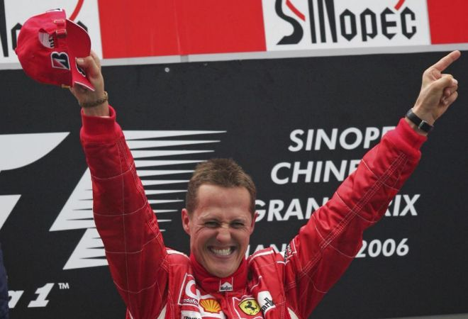 Michael Schumacher celebra la victoria en el GP de China de 2006.