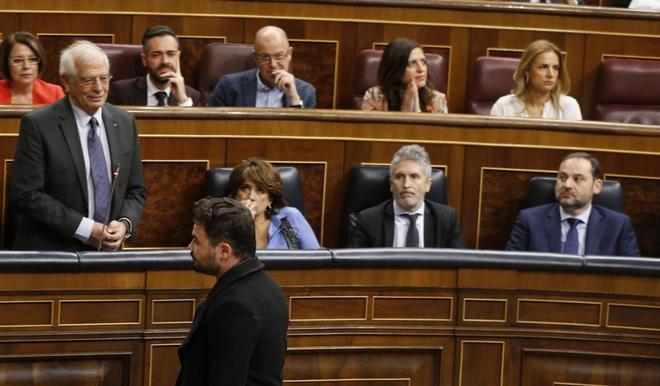 Gabriel Rufián desfila ante Josep Borrell tras ser expulsado del...