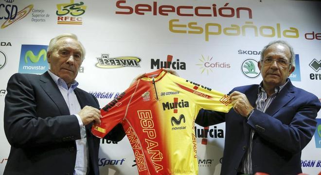 El seleccionador español, Javier Mínguez (i) y el presidente de la RFEC, José Luis López Cerrón.