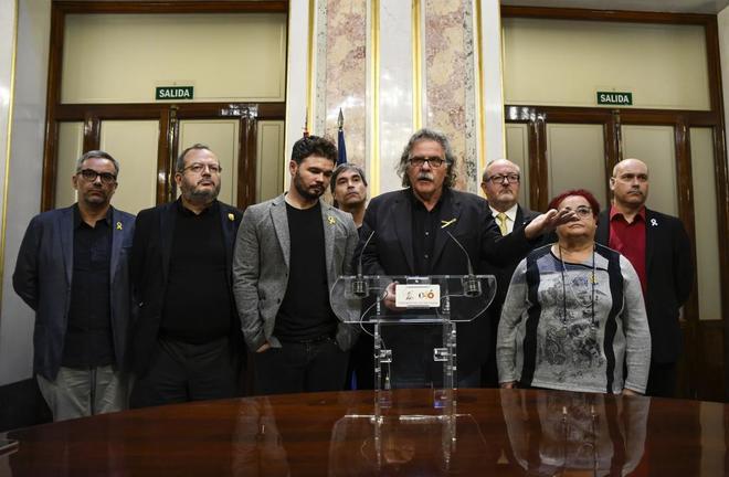 Joan Tardá, rodeado de diputados de ERC, comparece en rueda de prensa...