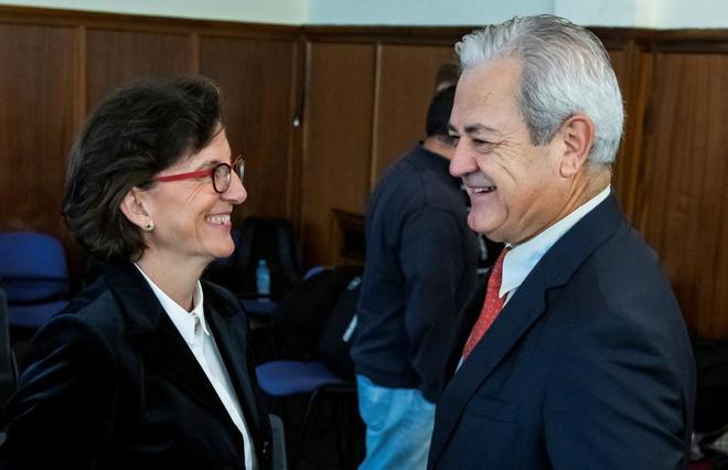 El ex consejero Francisco Vallejo, con su abogada, Encarnación Molino.