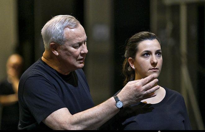 El director Robert Wilson, con la soprano Miren Urbieta-Vega, durante un ensayo.