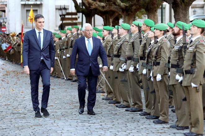 Pedro Sánchez y el primer ministro portugués, Antonio Costa, pasan revista en la cumbre hispano-portuguesa celebrada hoy en Valladolid.