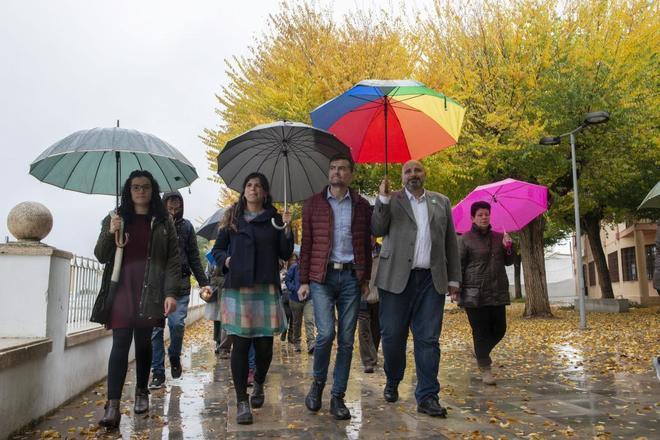 Teresa Rodríguez y Antonio Maíllo, de visita este martes en Pelagajar, en Jaén, con miembros de su equipo.