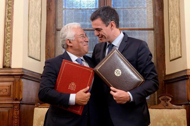 Pedro Sánchez y el primer ministro portugués, Antonio Costa, durante...