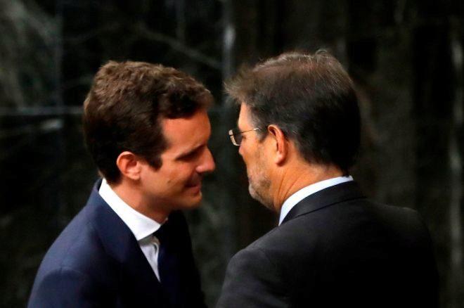 El presidente del Partido Popular, Pablo Casado, saluda al ex ministro de Justicia Rafael Catalá, en julio