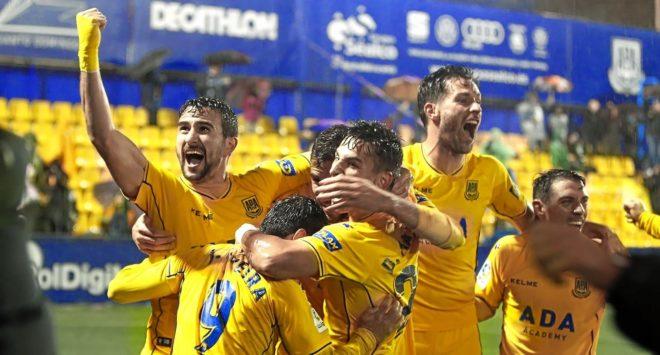 Los jugadores del Alcorcón celebran el gol que les colocaba como líderes de Segunda.