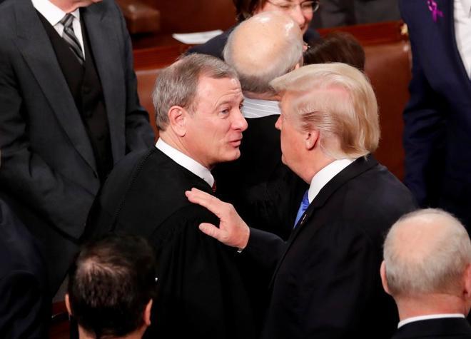 John Roberts, presidente del Supremo, y Donald Trump, presidente de EEUU.