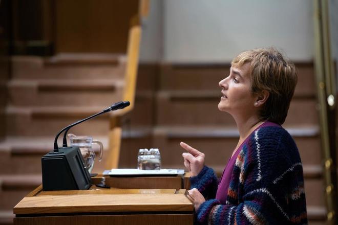 La parlamentaria de EH Bildu, Rebeka Ubera, durante su intervención en el pleno.