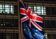 Las banderas de Reino Unido y la UE ondean en Bruselas.