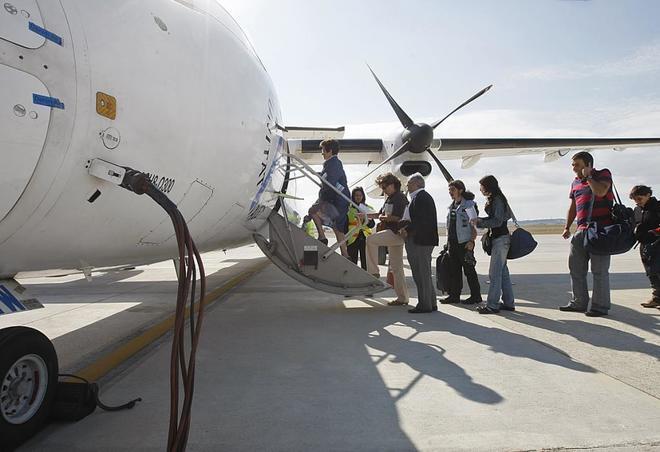 Pasajeros, en una imagen de archivo subiendo a un vuelo de Air Nostrum.