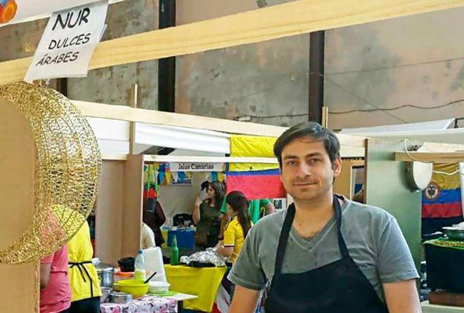 Ahmed Ahjam, ex presidiario de Guantánamo, en el puesto de dulces árabes que regenta en Montevideo.