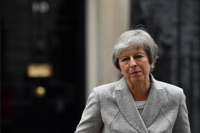 La primera ministra de Reino Unido, Theresa May, se dirige a la prensa desde Downing Street.