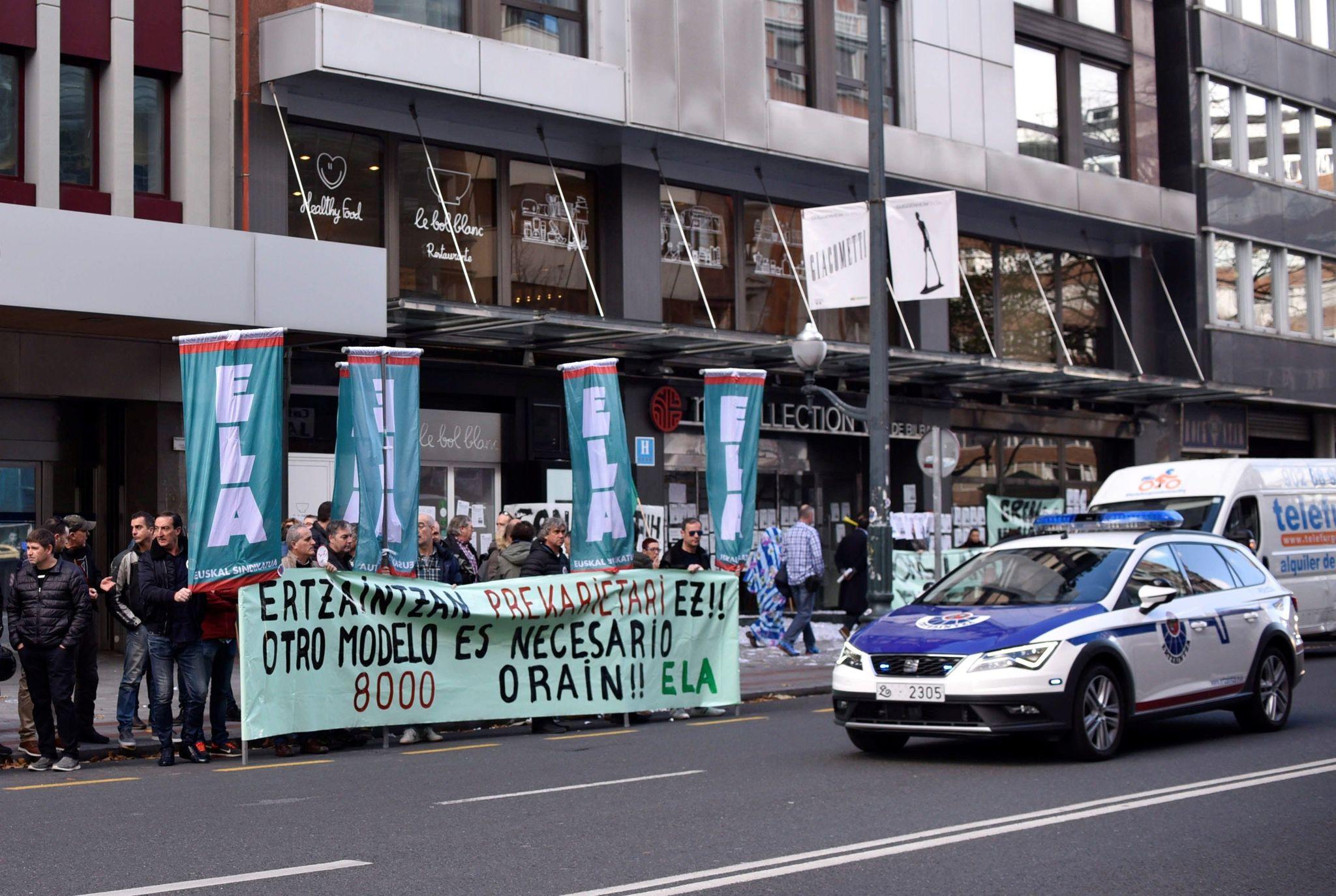 Concentración de ELA-Ertzaintza ante el Gobierno vasco.