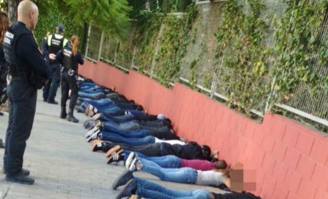 Agentes de la Policía y Nacional custodiando a los aficionados que partiparon en la reyerta.
