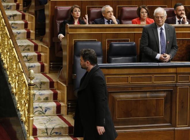 Observado por Borrell, el portavoz de ERC, Gabriel Rufián, abandona...