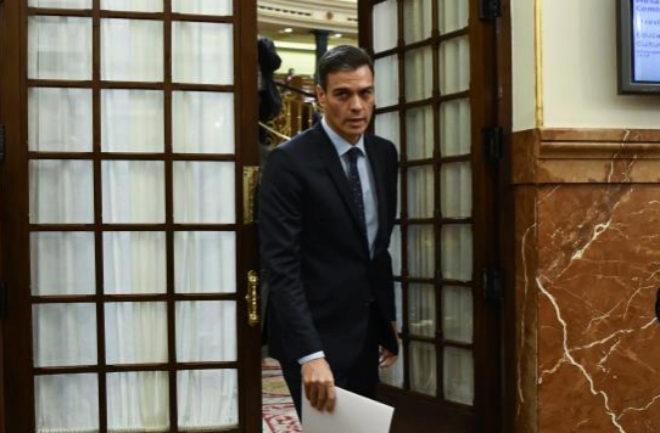 El presidente del Gobierno, Pedro Sánchez, abandona el hemiciclo tras la sesión de control.