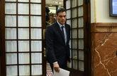 El presidente del Gobierno, Pedro Sánchez, abandona el hemiciclo tras...