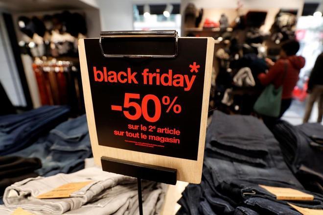 Un cartel anuncia el Black Friday, en una tienda de Niza, en Francia.