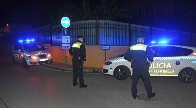 Agentes de la Policía Local el pasado martes en Marbella donde fue asesinado un hombre de origen francés.