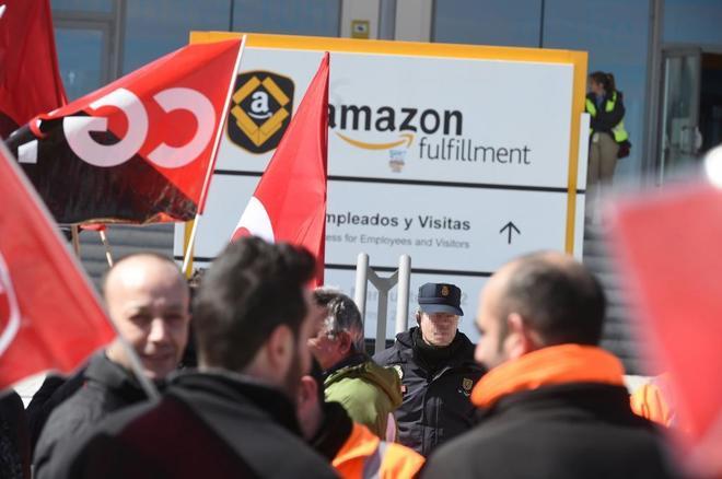 Trabajadores de Amazon frente a la sede de la empresa en San Fernando de Henares en la primera jornada de huelga en España, después de que los sindicatos hayan convocados 48 horas de paro para hoy y mañana en el mayor centro logístico que la compañía de comercio electrónico tiene en el país.