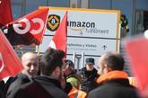 Trabajadores de Amazon frente a la sede de la empresa en San Fernando...