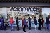Consumidores haciendo cola en una tienda de Bilbao por el Black Friday