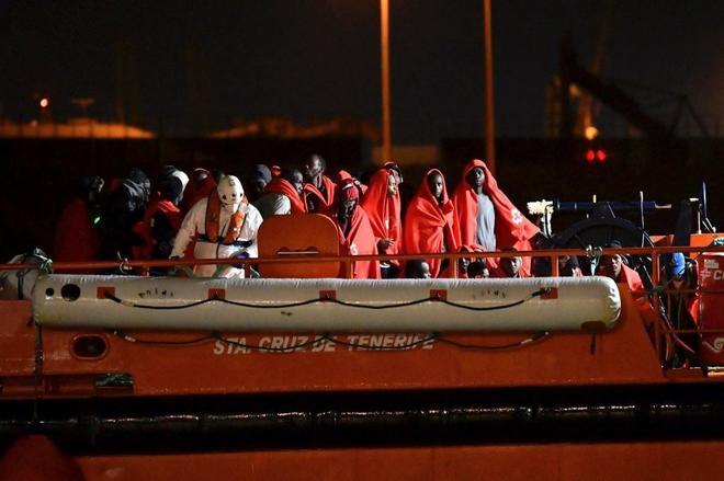 Inmigrantes, a su llegada al puerto de Almería tras ser rescatados.