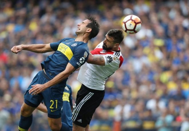 El jugador de River Plate Lucas Pratto (d) disputa el balón Carlos...