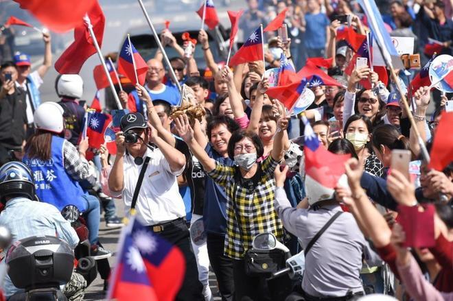 Simpatizantes del Partido Kuomintang (KMT) animan a su candidato, Han...